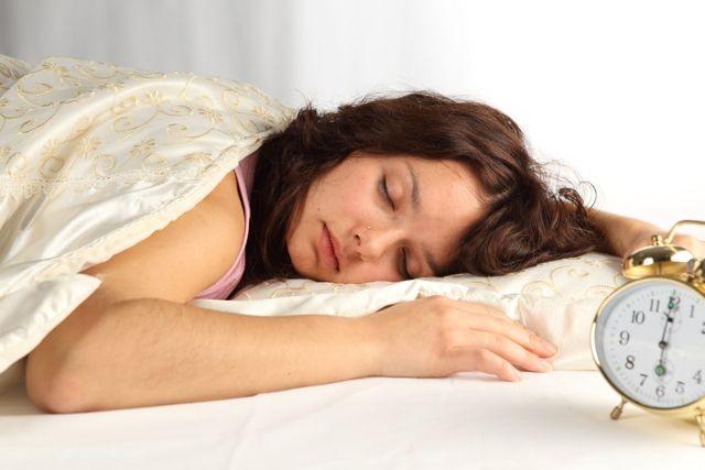 Можно ли спать в цветных линзах: 4 аргумента против